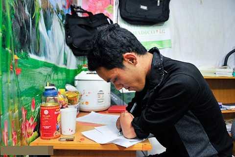 Sau tai nạn, để được đi học lại, Lở quyết tâm tập viết với phần còn lại của đôi tay. Ban đầu, việc tập viết khiến vết thương cũ bật máu, nhưng không làm Lở nản lòng.