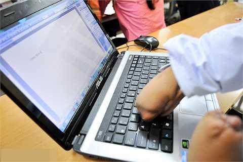 Lở cũng có thể sử dụng máy tính. Khi thử sức với chiếc máy tính xách tay của bạn cùng lớp, Lở rất thích thú vì bàn phím không gây đau như sử dụng máy để bàn. Lở rất muốn có một cái máy tính cá nhân để được học tin học và tiếp nhận những kiến thức mới