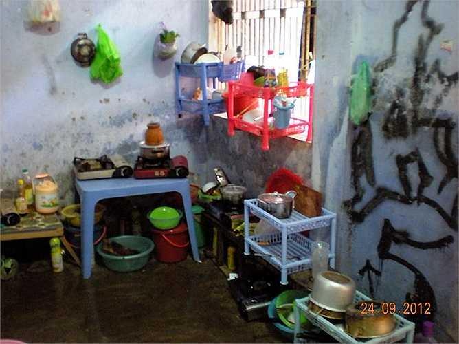 Cảnh nhếch nhác tại khu vực nấu ăn nằm cạnh bên phòng vệ sinh. Ảnh chụp tại KTX Đống Đa (ĐH Huế)