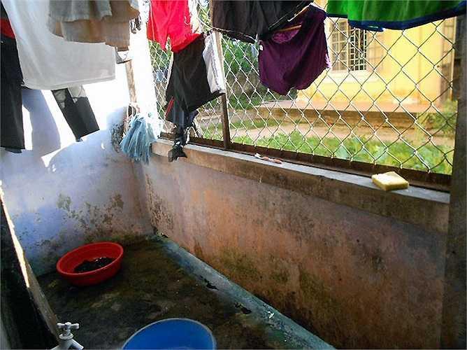 Nền phòng nhếch nhác, rong rêu phủ kín, rất mất vệ sinh. Ảnh chụp tại KTX Đống Đa (ĐH Huế)