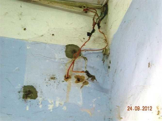 Hệ thống điện tại nhiều phòng ở dành cho SV tại KTX Đống Đa với chi chít những mối chắp hàn, nguy cơ xảy ra chập điện là rất cao.