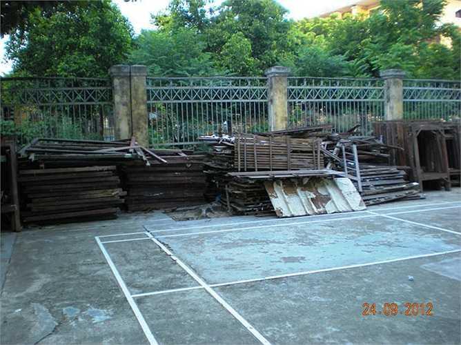 Sân KTX nơi dành cho SV vui chơi mỗi chiều bị biến thành nơi chứa đựng những thanh gỗ, vạc giường bị hỏng.