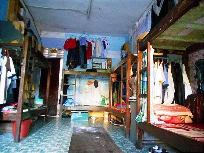 Mỗi phòng chỉ vẻn vẹn 25m2 nhưng có đến 14 người cùng ở gây nên khu cảnh chật chội, quần áo móc ngổn ngang, phòng thiếu ánh sáng, ẩm ướt.