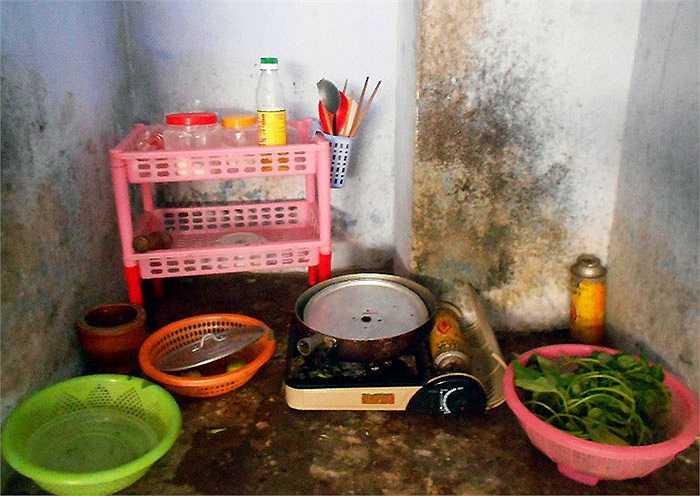 Nấu ăn tại những khu vực như thế này, nguy cơ ngộ độc thực phẩm luôn đe dọa thường trực.