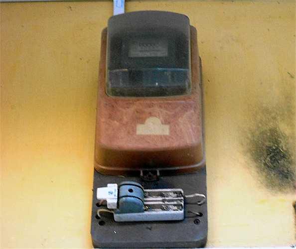 Phần lớn công tơ điện, cầu dao tại KTX Đống Đa đang trong tình trạng mất nắp.