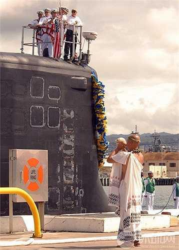 Sĩ quan và lính hải quân đang trang trí cho tàu