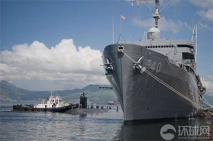 Xung quanh tàu ngầm Mỹ luôn có sự hiện diện của các tàu bảo vệ, tiếp tế Mỹ và Philippines