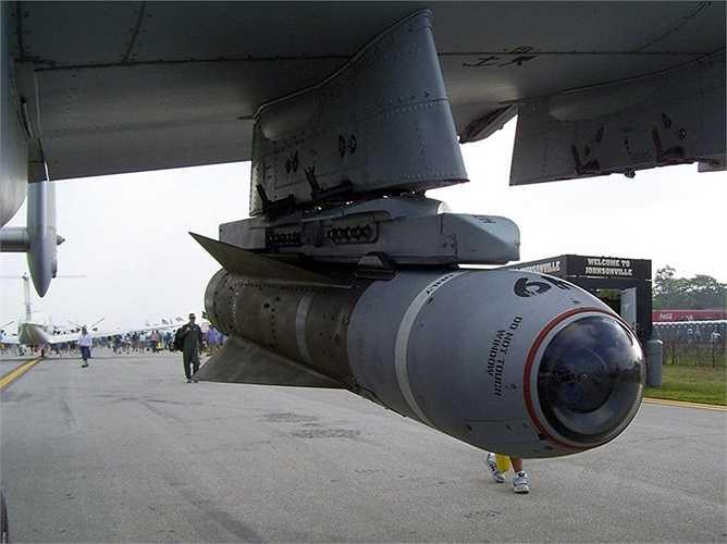 Tên lửa không đối đất AGM-65 Maverick nặng 303kg, có khả năng hạ gục 1 xe tăng hạng nặng
