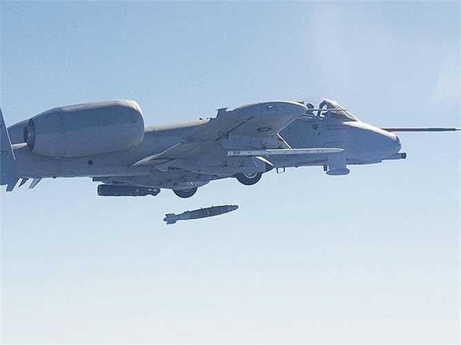 Quả bom thông minh dẫn đường bằng laser dài 3m có độ sai lệch chưa đến 7m của A-10