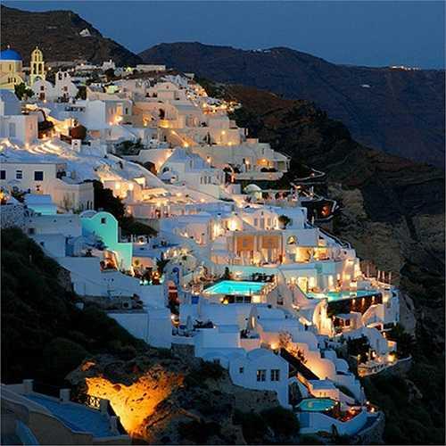 Cảnh đêm lãng mạn ở Santorini thuộc đảo Cyclades nằm trên biển Aegean của Hy Lạp