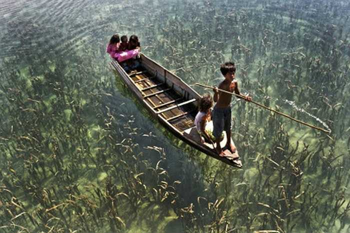 Nhóm trẻ em chèo thuyền ở thị trấn Semporna, Malaysia
