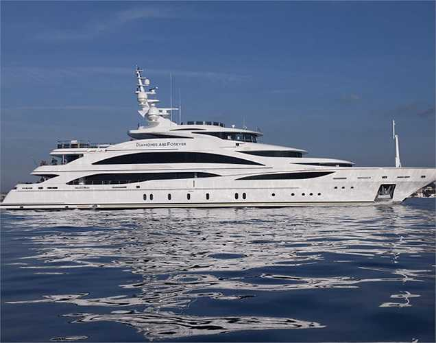 Diamond Are Forever (Kim cương vĩnh cửu) là chiếc du thuyền thuộc sở hữu của một fan bộ phim về siêu điệp viên 007. Chiều dài của nó gần 61m.(Ảnh: Monaco Yacht Show)