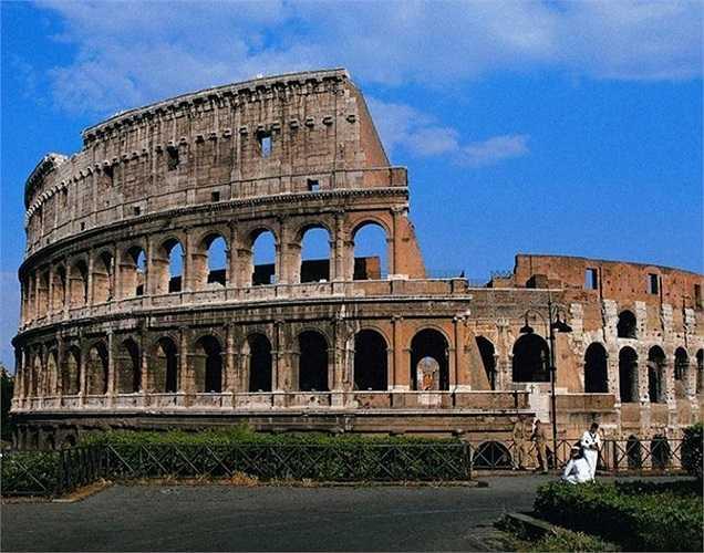 Đấu trường La Mã trị giá 114,259 tỷ USD. Đấu trường sau này được gọi là Colosseum hay Colosseo, là một đấu trường lớn ở thành phố Roma.  Đây là công trình lớn nhất được xây ở Đế chế La Mã được hoàn thành năm 80 sau Công Nguyên dưới thời Titus.