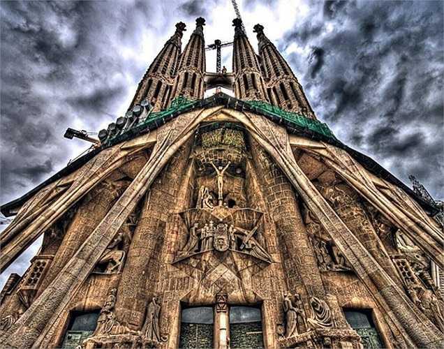 Nhà thờ Sagrada Familia, Tây Ban Nha trị giá 113,463 tỷ USD. Đây là nhà thờ nổi tiếng ở Bacelona, một trong những địa danh được coi là biểu tượng của đất nước Tây Ban Nha.