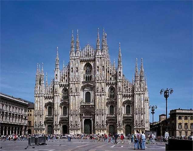 Thánh đường Duomo Milan trị giá 102,959 tỷ USD. Công trình được xây dựng từ năm 1386 ở Lombardia, miền bắc Italia. Tổng thể nhà thờ có hình dáng như cây thánh giá với diện tích gần 12.000m², dài 157m, rộng 93m, có sức chứa đến 40.000 người.