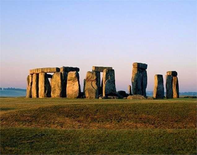 Stonehenge trị giá 13,232 tỷ USD. Đây là một công trình tượng đài cự thạch thời kỳ đồ đá mới và thời kỳ đồ đồng gần Amesbury ở Anh.