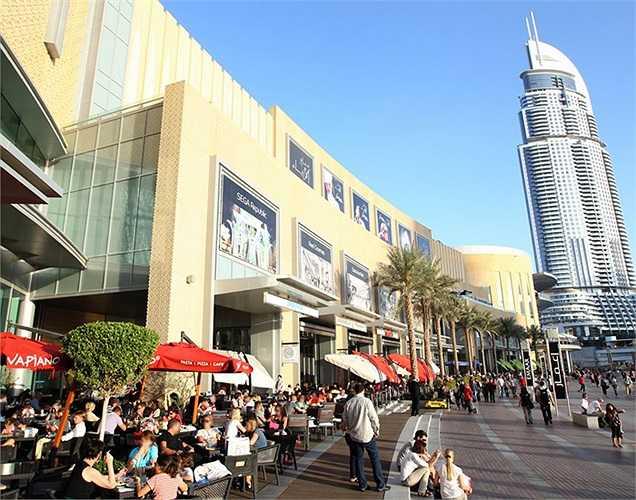 Khai trương năm 2008, ngoài hơn 600 gian hàng - nơi khách có thể thỏa thuê mua sắm, Dubai Mall còn sở hữu vô số công trình giải trí hấp dẫn khác, bao gồm 1 rạp chiếu phim 22 màn hình, phiên bản thu nhỏ của Phố Regent tại London, sân trượt băng kích c