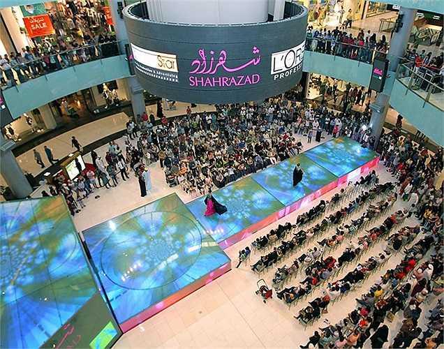Dubai Mall hiện là điểm mua sắm thu hút nhiều du khách nhất hành tinh. Tính riêng trong năm 2011, nơi đây đã đón trên 54 triệu khách ghé thăm.