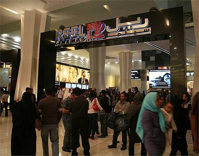 Reel Cinema là cụm rạp lớn nhất trong khu vực. Nó gồm 22 màn hình và hơn 2.800 ghế ngồi.