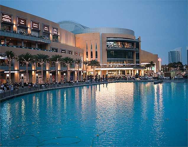 Vào buổi tối, có một buổi trình diễn ánh sáng nước rất ngoạn mục và luôn thu hút rất đông du khách.