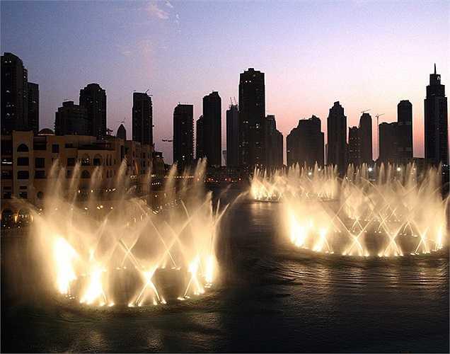 Một góc nhìn tuyệt đẹp về Dubai Mall qua vũ điệu của nước và ánh sáng.