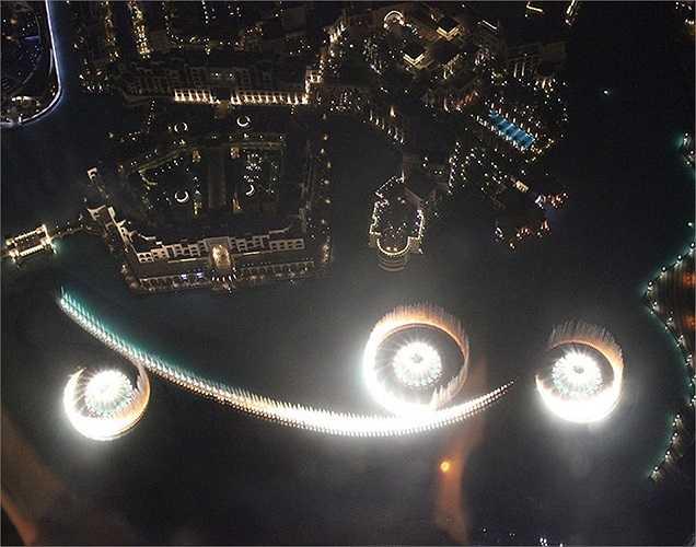 Nhìn từ trên cao xuống màn trình diễn nước và ánh sáng ở Dubai Mall.