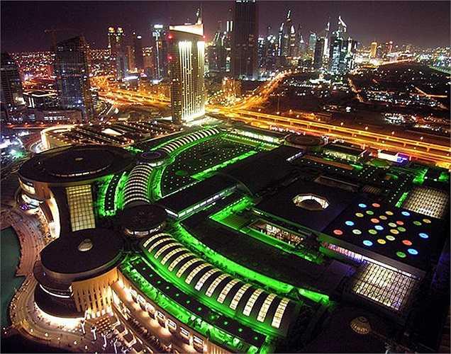 Dubai Mall rực rỡ và sống động trong ánh đèn neon mỗi khi đêm về.