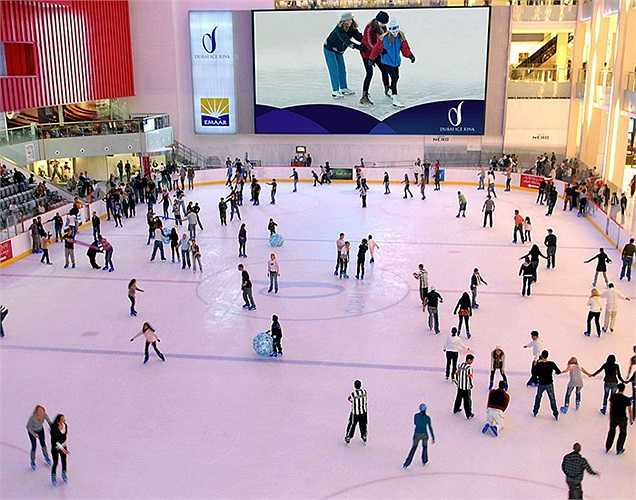 Sân trượt băng có kích cỡ theo tiêu chuẩn Olympic trong Dubai Mall. Đây cũng là sân trượt băng đầu tiên dạng này ở thành phố Dubai.