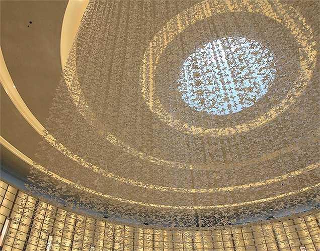 Trang trí trần nhà bên trên Đại lộ Thời trang (Fashion Avenue) của Dubai Mall.
