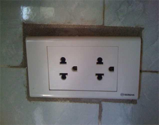 Các ổ điện được lắp đặt qua loa