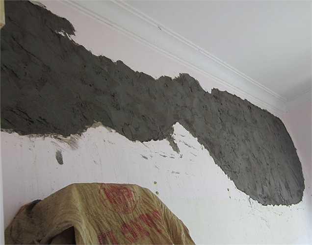 Các mảng tường bị bong tróc rộng khoảng 2m2