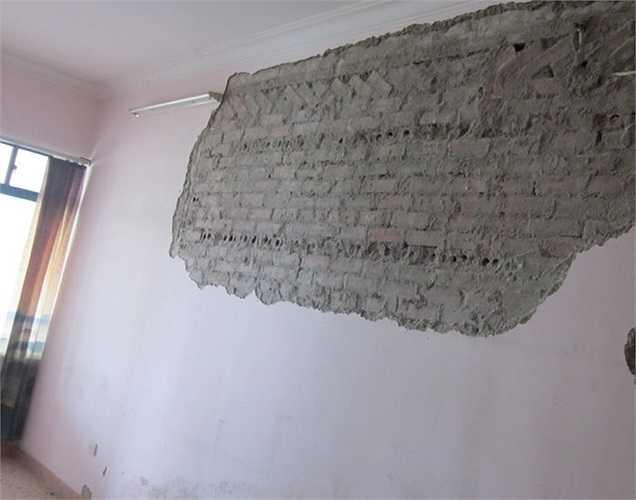 Căn hộ 505 tòa nhà 17T1, khu đô thị Trung Hòa Nhân Chính (Hà Nội)đang bị bong tróc vừa nghiêm trọng