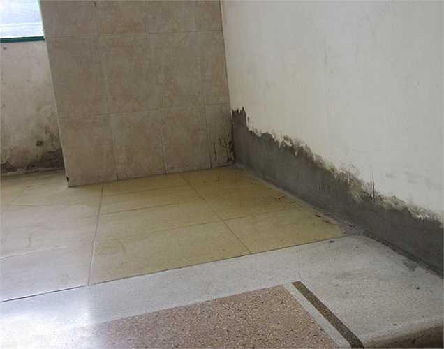 Chân các chiếu nghỉ ở đầu cầu thang, vừa tường bị bong nhiều lần và chủ đầu tư phải trát tạm như thế này