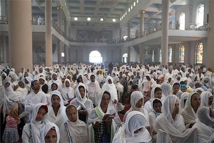 Tín đồ đạo chính thống Orthodox cầu nguyện trong nhà thờ Bole Medhane Alem ở Addis Ababa, Ethiopia.
