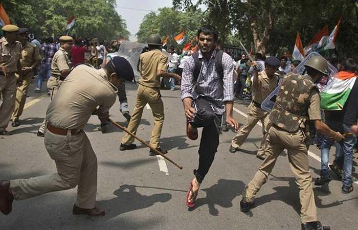 Cảnh sát dùng gậy khống chế người biểu tình chống tham nhũng ở thủ đô New Delhi, Ấn Độ.