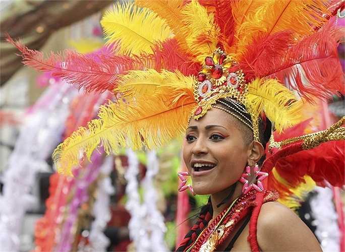 Nũ vũ công xinh đẹp trong Lễ hội Notting Hill ở thủ đô London, Anh.