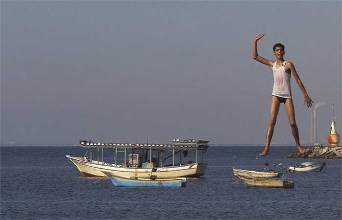Thanh niên người Palestine tắm biển Địa Trung Hải bên cảng ở thành phố Gaza.
