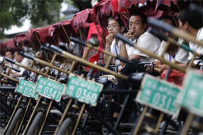 Đoàn phu xích lô xếp hàng dài đợi khách trên đường phố Bắc Kinh, Trung Quốc.