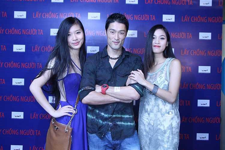 Johnny Trí Nguyễn và bạn gái tin đồn Nhung Kate (phải)