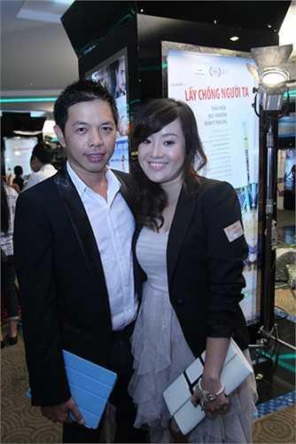 Vợ Thái Hòa sánh vai bên chồng