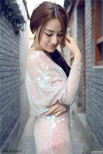 Hinh Dư và Trác Hy chia tay nhau cuối năm 2011, sau khi hàng loạt ảnh phòng the của cô và bạn trai thời đại học bị tung lên mạng.