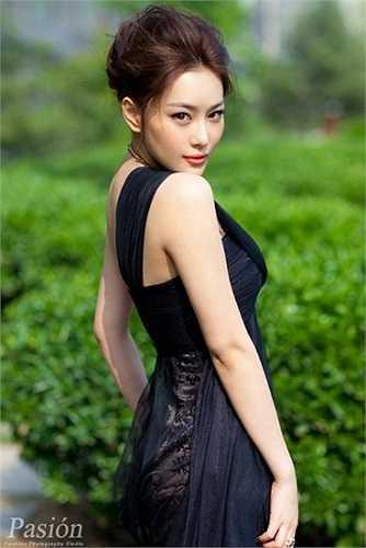 Đầu năm 2011, cô chính thức cặp kè với nam diễn viên Ngô Trác Hy, kể từ đó, Trương Hinh Dư càng trở nên nổi tiếng.