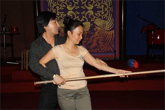 Nghệ sĩ Kim Tử Long truyền kinh nghiệm diễn tận tình cho Cẩm Ly và các nghệ sĩ