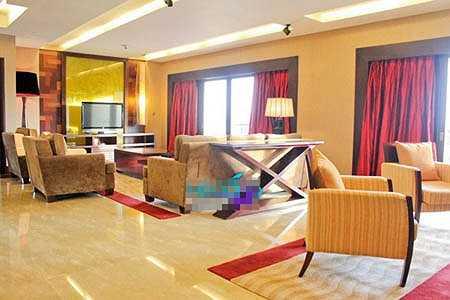Phòng khách quý phái với gam màu chủ đạo là vàng.