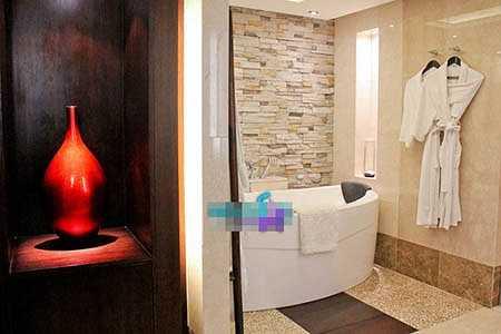Phòng tắm tiện nghi với chiếc bồn tắm có khả năng mát - xa