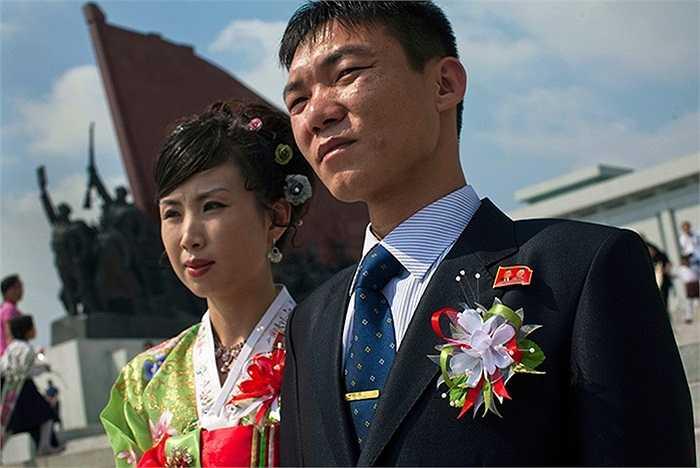 Đôi vợ chồng mới cưới đang chụp ảnh vào đúng ngày Quốc khánh tại Bình Nhưỡng, Triều Tiên