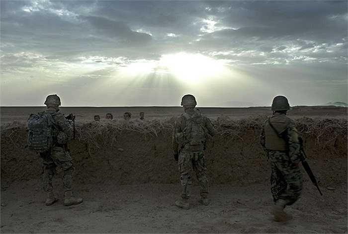 Các binh sĩ Mỹ và cảnh sát địa phương đang giữ một chốt an ninh được đắp bằng bùn tại Morghan-Khecha, Afghanistan