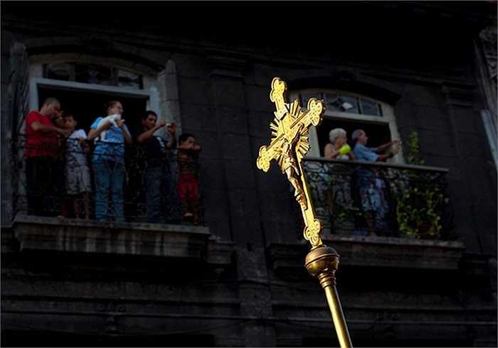 Người dân theo dõi buổi lễ rước thánh tại Havana, Cuba