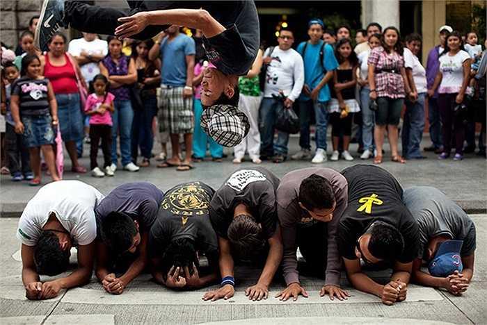 Nhóm thah niên biểu diễn những màn nhào lộn tại trung tâm thành phố Guatemala City, Guatemala