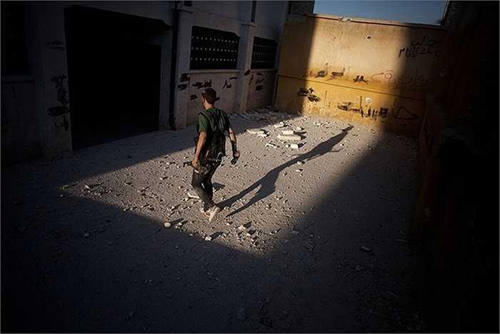 Binh sĩ quân đội Syria tự do di chuyển trong một ngôi trường đã bị tàn phá sau giao tranh tại Aleppo, Syria